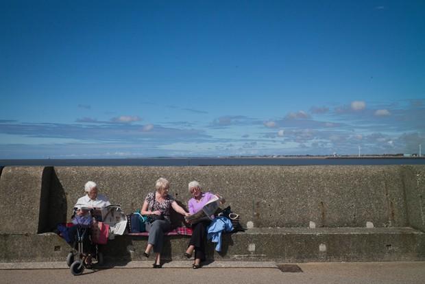 Para Kalache, manter amigos próximos na idade avançada é um dos quatro pilares sustentando o envelhecer saudável (Foto: Getty Images)