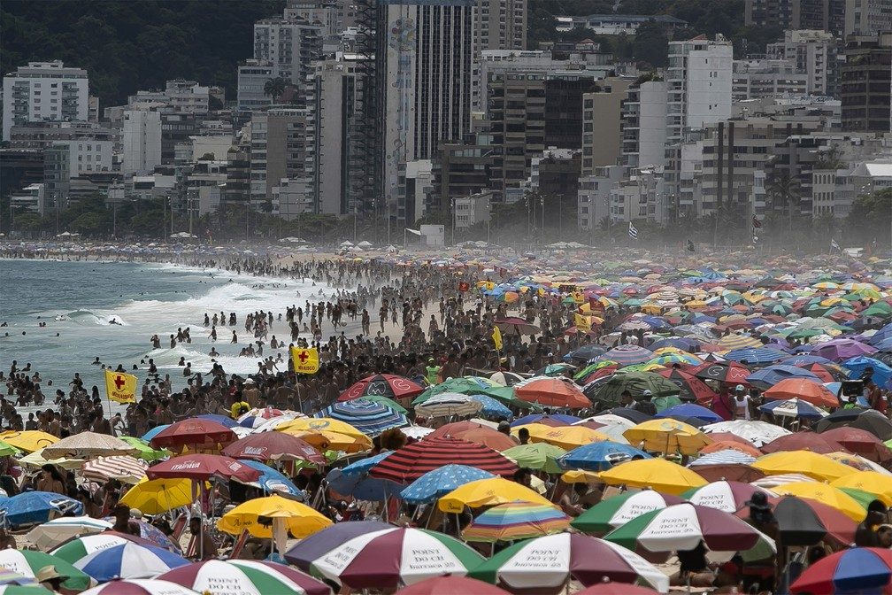 A praia de Ipanema, na zona sul do Rio de Janeiro, é tomada por banhistas neste domingo (24), apesar dos números ainda altos de casos e mortes por Covid-19 — Foto: Bruna Prado/AP