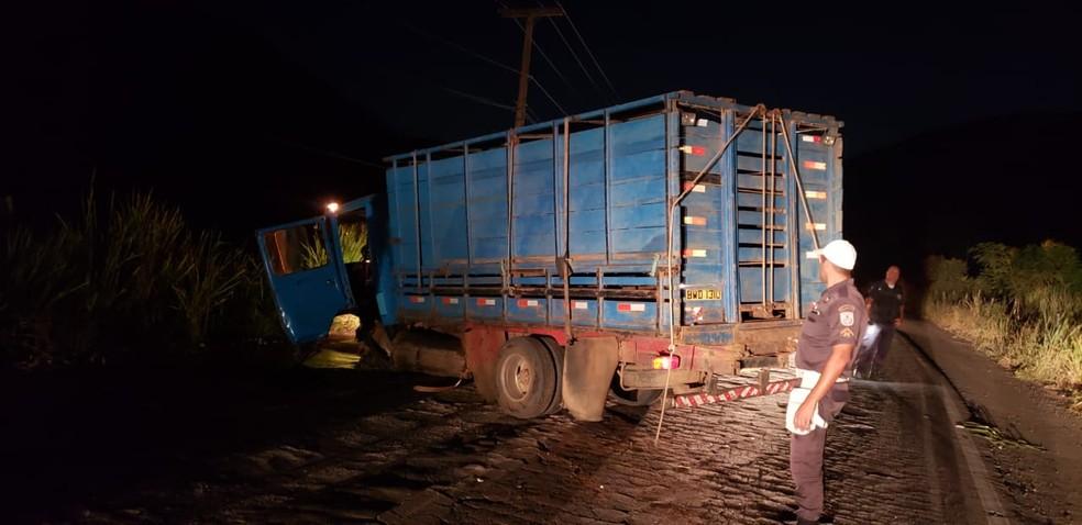 Duas pessoas que estavam no caminhão não ficaram feridas no acidente RJ-186, segundo BPRv — Foto: Divulgação/BPRv