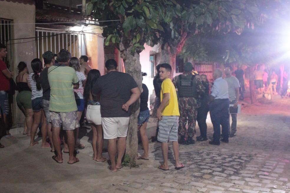 Polícia foi ao local do crime em Mossoró, neste domingo (19). Cena despertou curiosidade entre vizinhos da vítima — Foto: Marcelino Neto/O Câmera