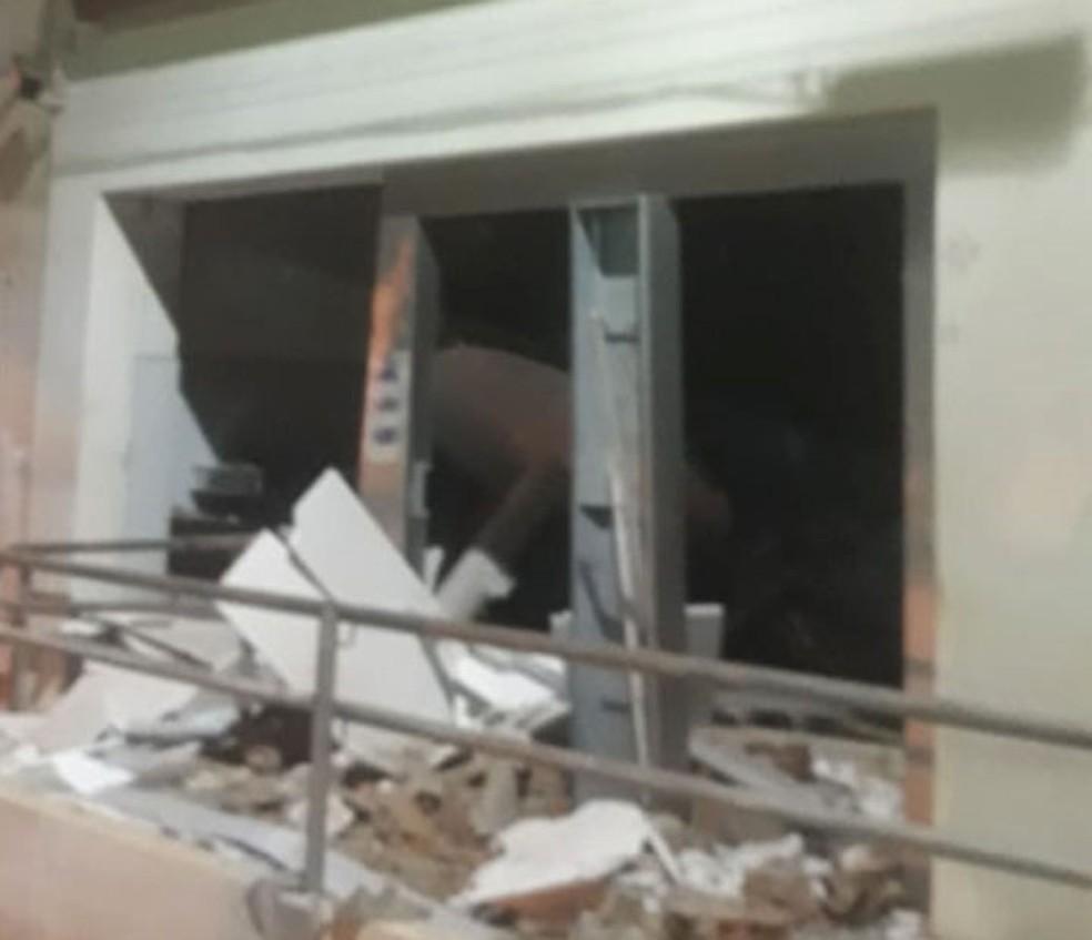 Homens armados invadem agência bancária e local ficou destruído — Foto: Arquivo Pessoal