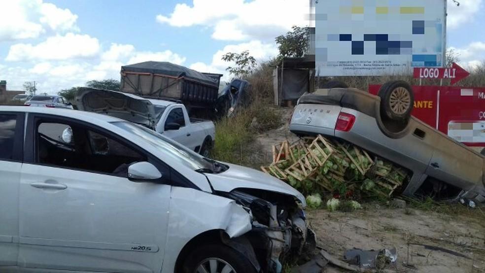 Acidente envolvendo sete veículos deixou duas pessoas feridas na Zona da Mata Norte de Pernambuco (Foto: Polícia Rodoviária Federal/Divulgação)