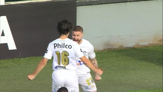 Eduardo Sasha recebe de Bryan Ruiz e abre o placar para o Santos