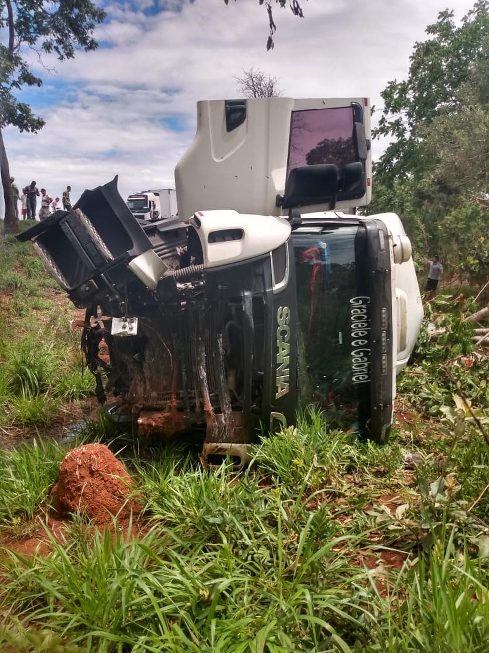 Caminhão ficou fora da pista — Foto: Polícia Militar / Divulgação