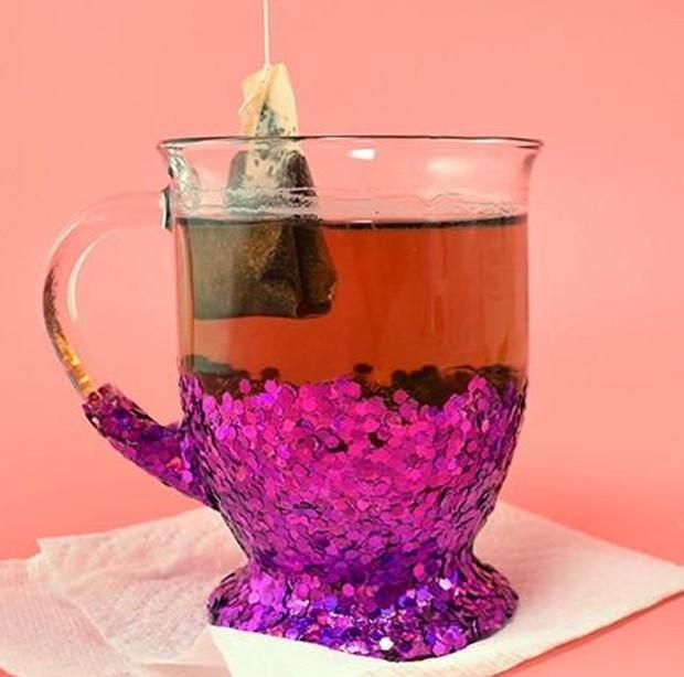 No carnaval, até mesmo as xícaras de chá merecem um toque de glitter (Foto: Pinterest/ Reprodução)