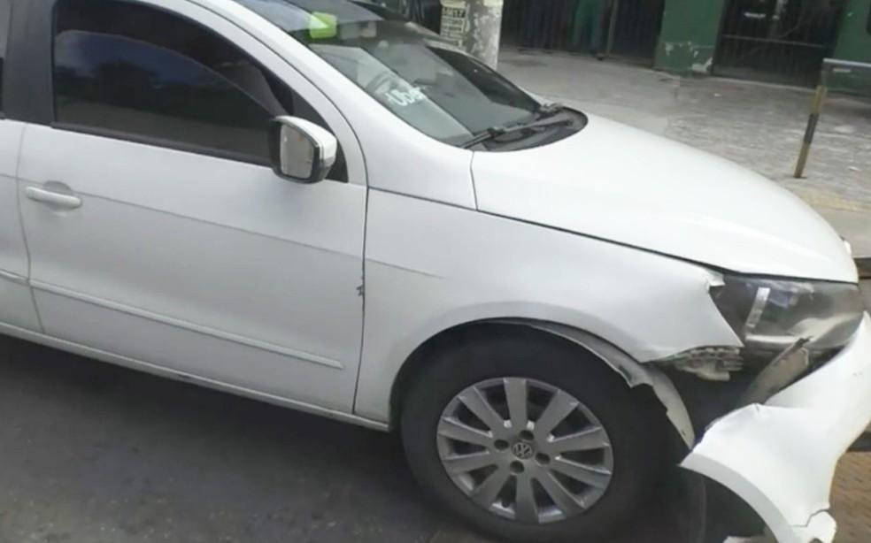 Carro de passeio ficou danificado em ocorrência que resultou com um baleado na Avenida Jequitaia — Foto: Reprodução/TV Bahia