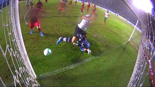 Torcedor tenta invadir gramado depois de gol anulado do Vasco, mas é impedido por seguranças