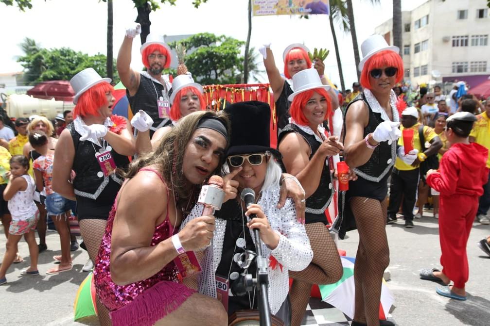 Chacretes, o 'Velho Guerreiro' e a cantora Sarajane concorrem na categoria 'Grupo', no desfile das Virgens do Bairro Novo, em Olinda — Foto: Aldo Carneiro/Pernambuco Press