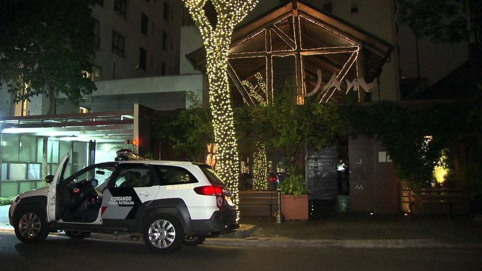 Sushiman surta em restaurante e é morto pela polícia após atacar clientes e restaurantes — Foto: Reprodução TV Globo