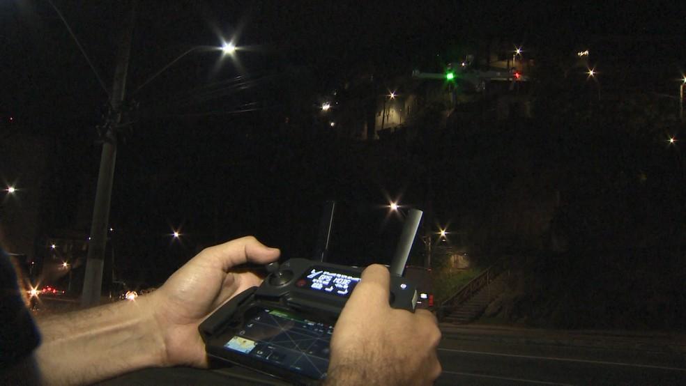 Pela tela do controle remoto, é possível ver tudo o que está sendo filmado em drone — Foto: Manoel Neto/ TV Gazeta