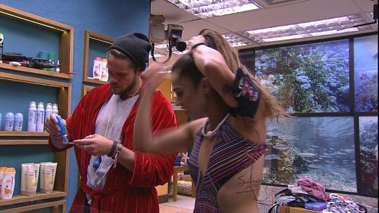 Paula diz que ganhou maiô de presente e Breno pergunta sobre quem deu: 'Tiago Leifert?'
