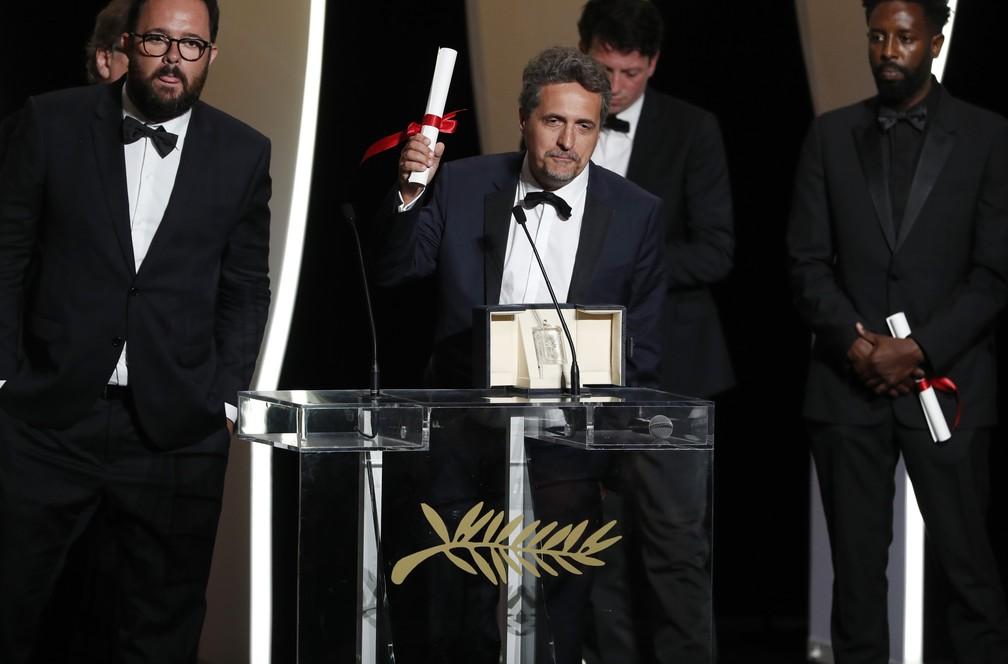 Juliano Dornelles e Kleber Mendonça Filho recebem o Prêmio do Júri do Festival de Cannes 2019, na França — Foto: Reuters