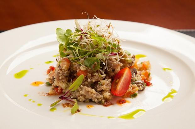 Salada de quinoa com legumes, uva passa e castanha de caju (Foto: Divulgação )