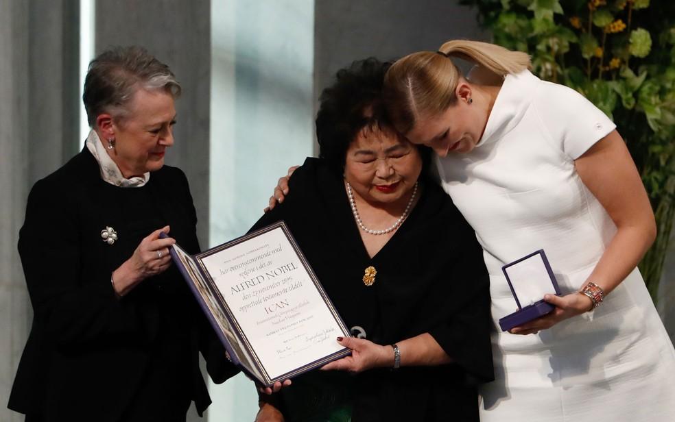 Berit Reiss-Andersen, do Comitê Nobel, com Setsuko Thurlow e Beatrice Fihn (Foto: Odd Andersen/AFP)