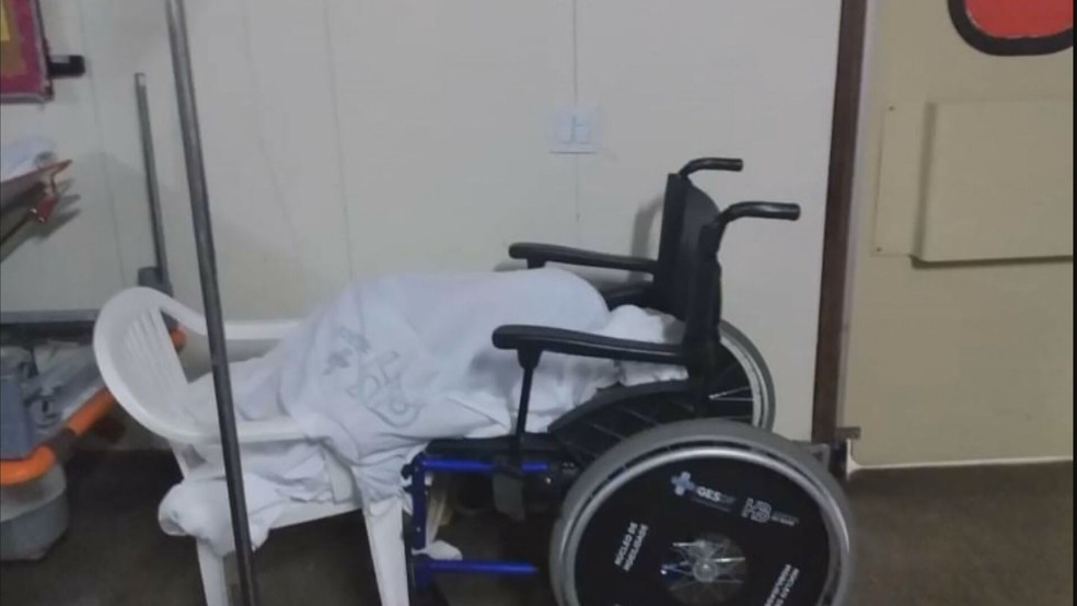 Pessoa em cadeira de rodas usa cadeira de plástico para dormir no Hospital de Base, no DF — Foto: Arquivo pessoal