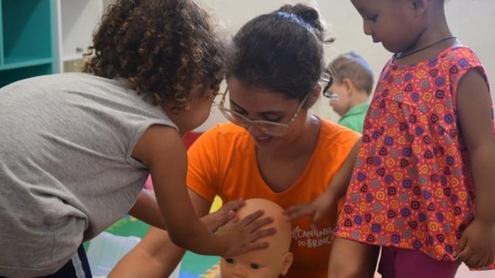 Outro objetivo é dar fontes de renda para mulheres que queiram criar negócios de cuidado infantil dentro de casa — Foto: Arquivo pessoal / BBC