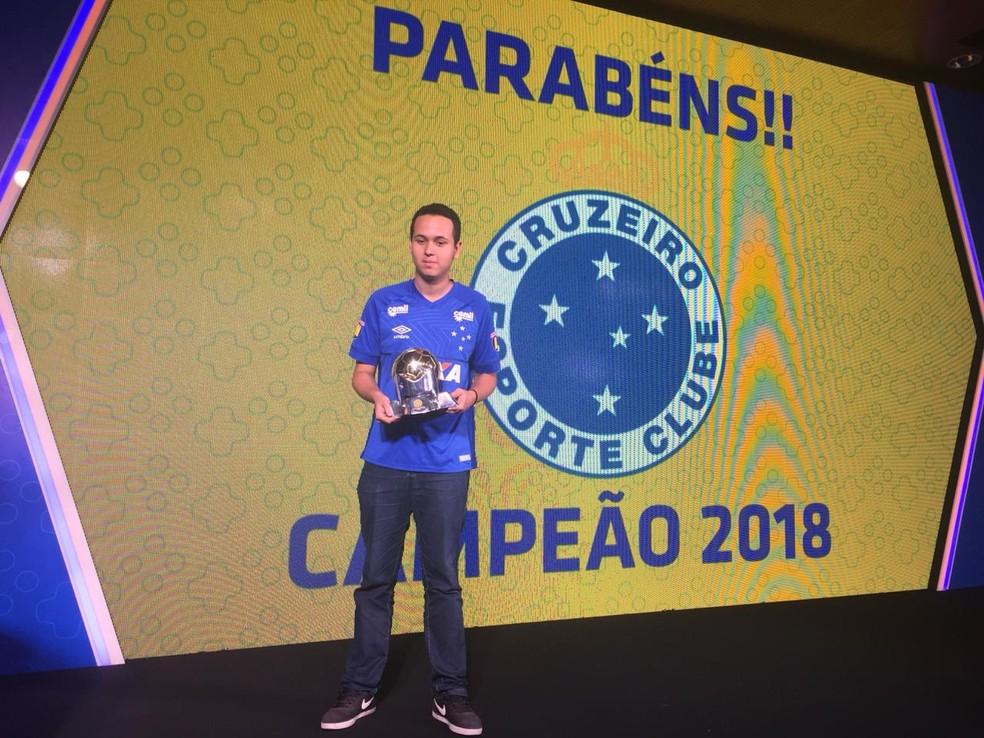 Representando o Cruzeiro, Henrykinho com o troféu do e-Brasileirão de 2018 — Foto: Thiago Correia