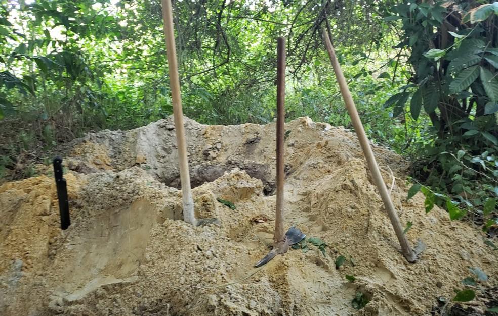 Buraco foi cavado por criminosos para enterrar vítima — Foto: Divulgação/SSP