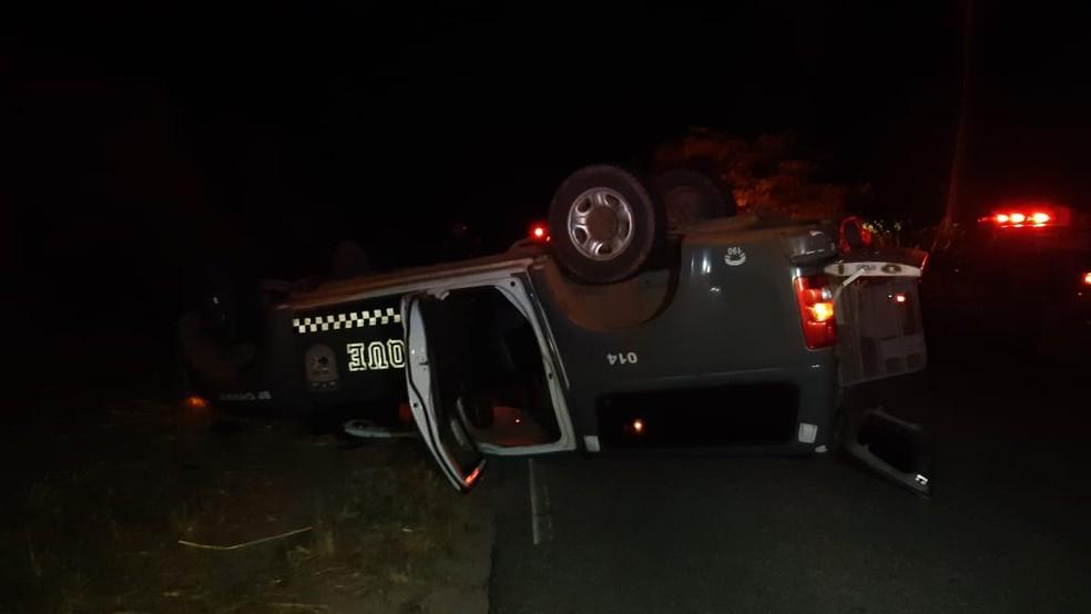Viatura capotou após caminhão invadir pista contrária na RN-160 na noite de segunda (20). Ninguém ficou ferido — Foto: Sérgio Henrique Santos/Inter TV Cabugi