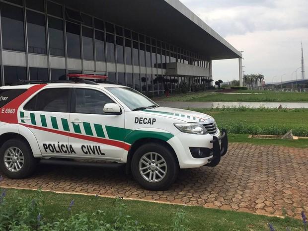 Carro da Polícia Civil em frente ao Palácio do Buriti, sede do governo do Distrito Federal, durante operação de busca e apreensão nesta quarta-feira (17)  (Foto: Gabriel Luiz/G1)