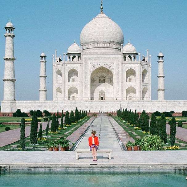 INDIA - FEBRUARY 11:  Diana Princess of Wales sits in front of the Taj Mahal during a visit to India  (Photo by Tim Graham Photo Library via Getty Images) (Foto: Tim Graham Photo Library via Get)