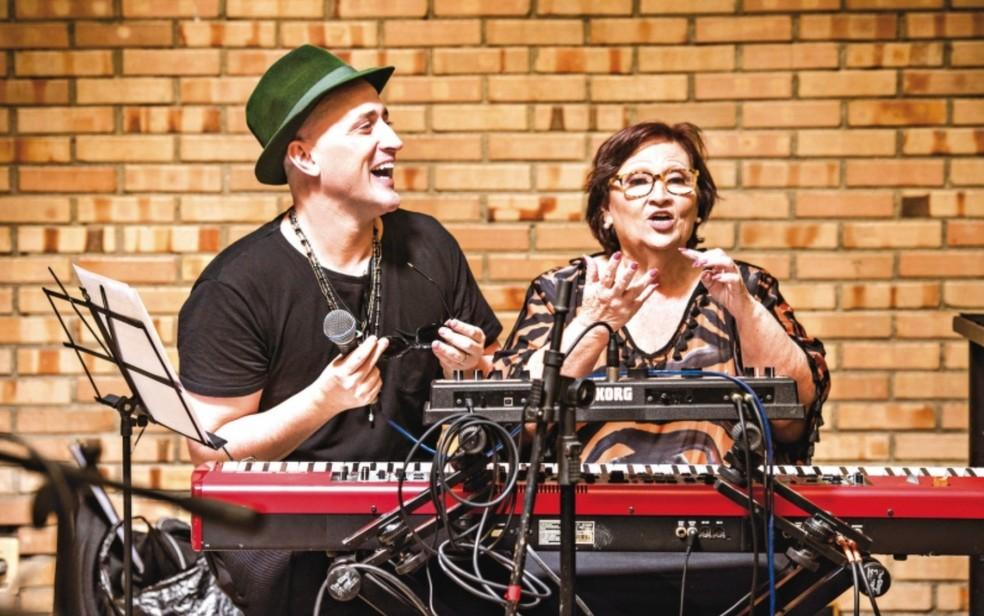 Paulo Gustavo e a mãe dele, Déa Lúcia, contracenam no espetáculo 'Filho da mãe' — Foto: Divulgação
