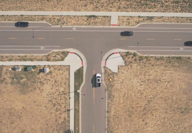 Carros com a tecnologia C-V2X recebem aviso de proximidade de outros veículos, para evitar acidentes (Foto: Reprodução/Panasonic)