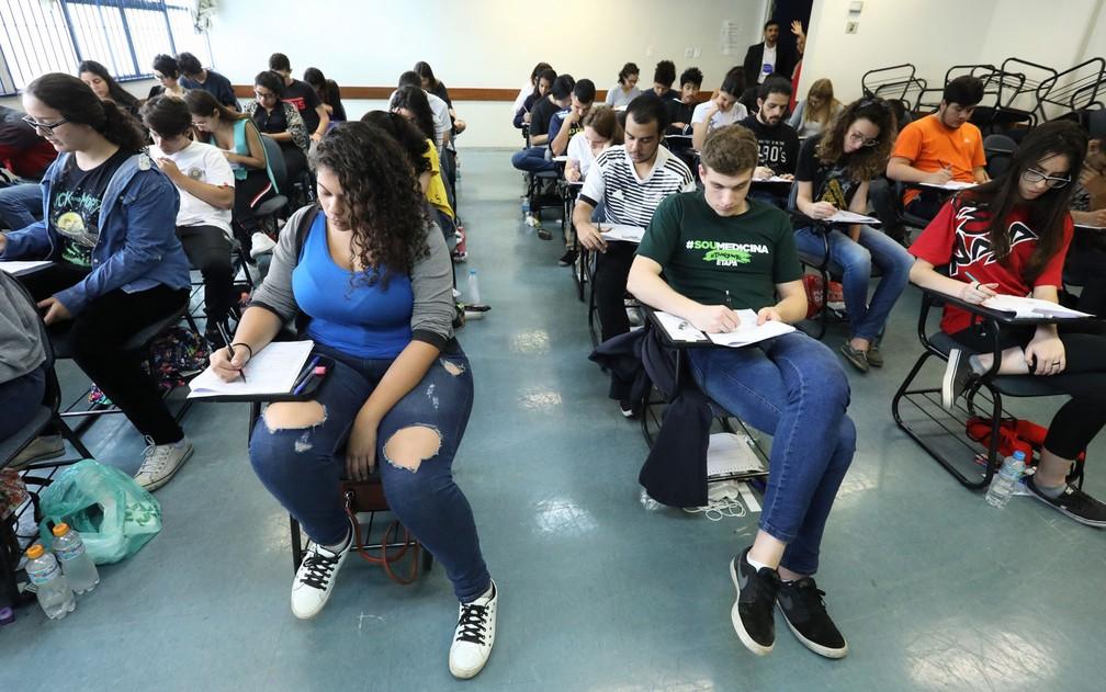 Candidatos fazem prova da Fuvest na FEA-USP — Foto: Celso Tavares/G1