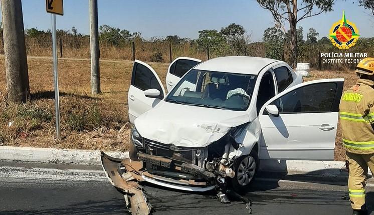 Homem rouba carro, é perseguido por motorista e causa acidente em rodovia no DF