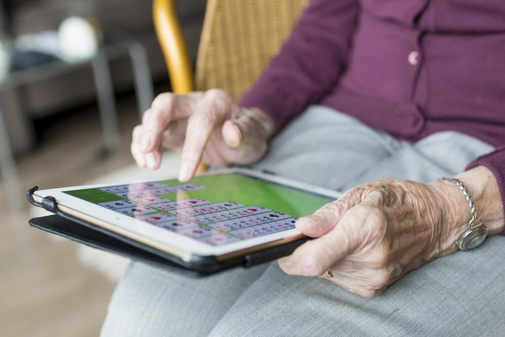 Para aliviar o isolamento, idosos devem ter uma grade de atividades para preencher a rotina  — Foto: Sabine van Erp por Pixabay