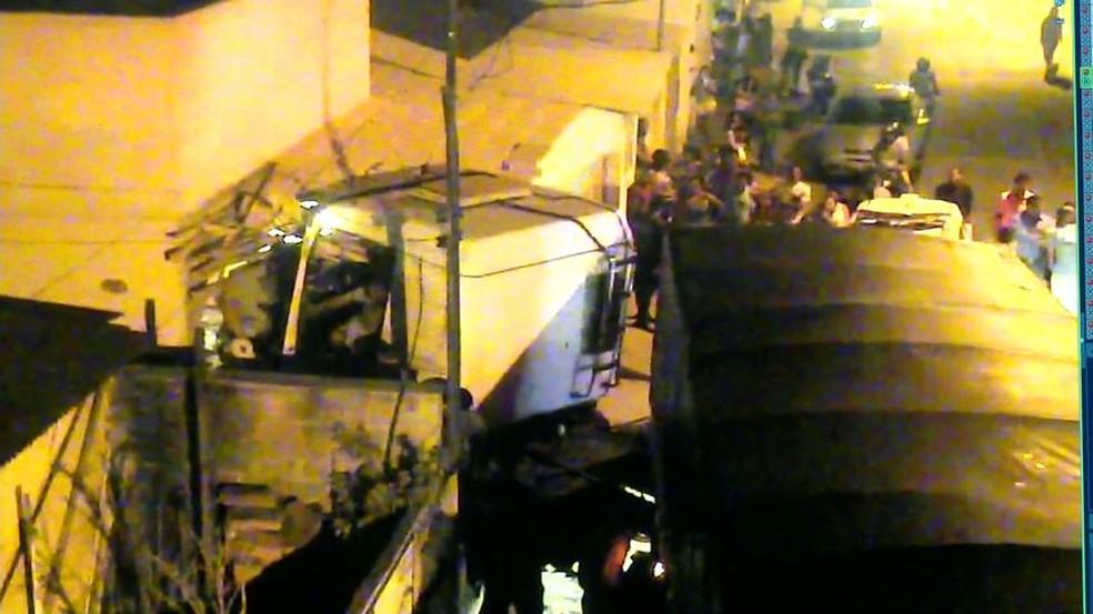 Carreta invadiu casa em Linhares na noite deste sábado (24) (Foto: Reprodução/Videomonitoramento)