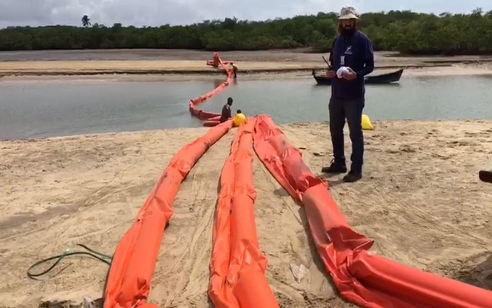 Neste sábado (12) foram instalados 75 metros de boias absorventes por equipes da Adema no Rio Vaza-Barris, em Aracaju — Foto: Adema/Divulgação