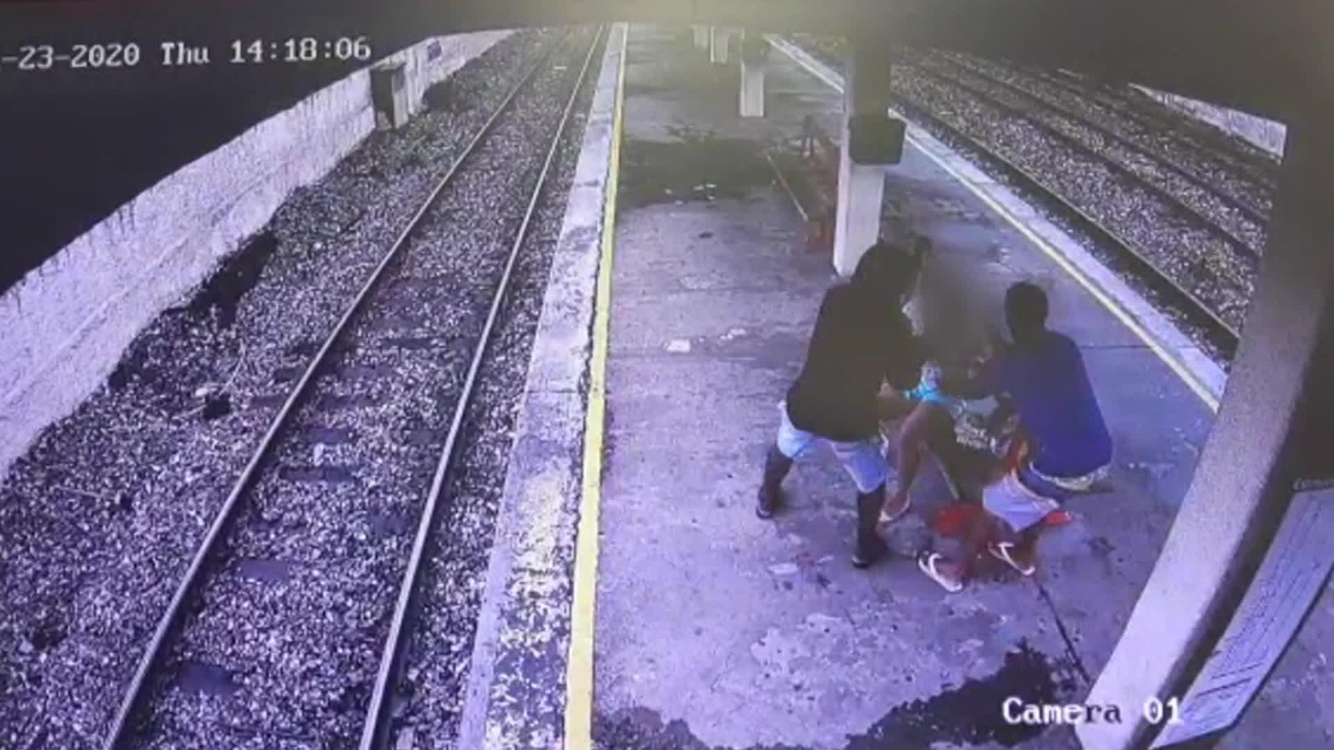 Vídeo mostra dois homens roubando bolsa de passageira em estação de trem da Supervia, Rio