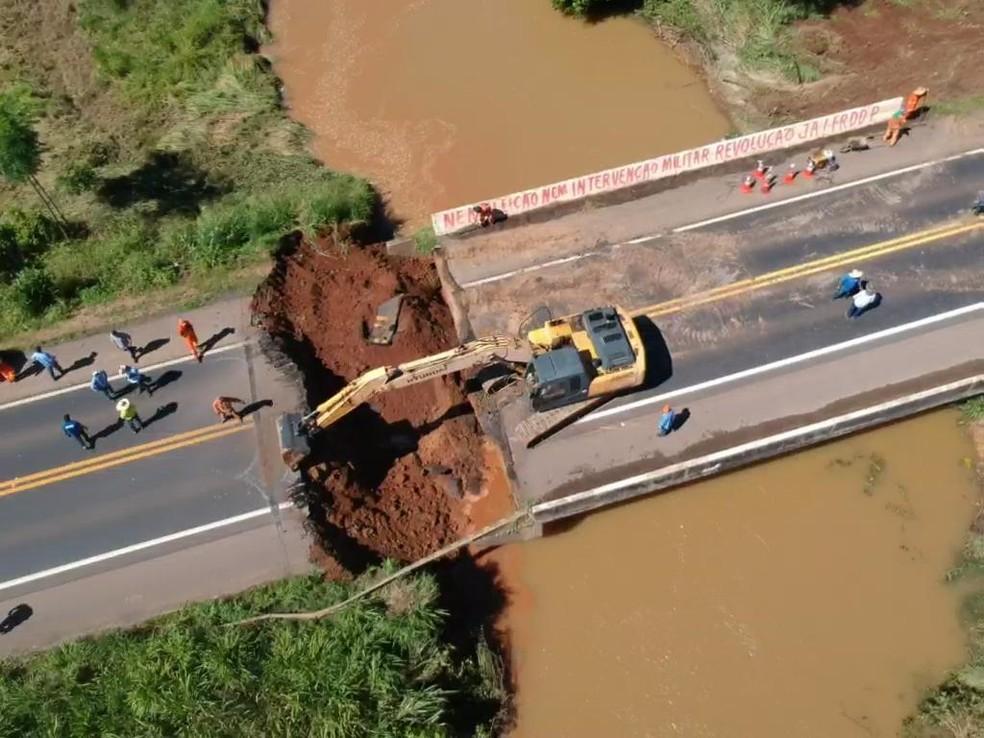 Cabeceira de ponte desmoronou com fortes chuvas — Foto: Dnit/Divulgação