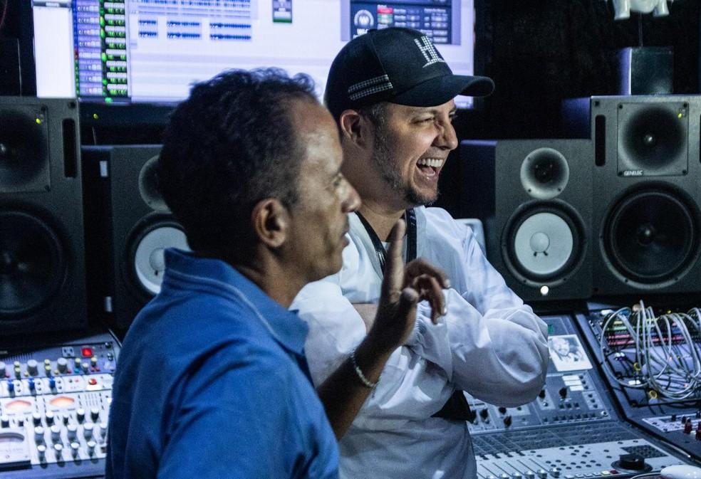"""Laércio da Costa com Manoel Gomes em seu estúdio em São Paulo: """"Caneta azul, azul caneta"""", ganha versão em bachata — Foto: Guilherme Reis e Ângelo Cunha / Divulgação"""
