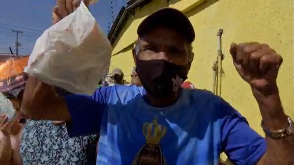 Açougue tem fila para doação de ossos em Cuiabá para famílias carentes — Foto: TV Centro América