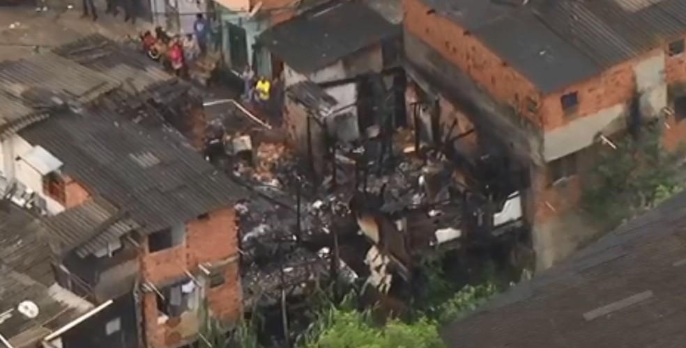 Incêndio atingiu 5 casas no Campo Belo, na Zona Sul de São Paulo (Foto: Reprodução/TV Globo)