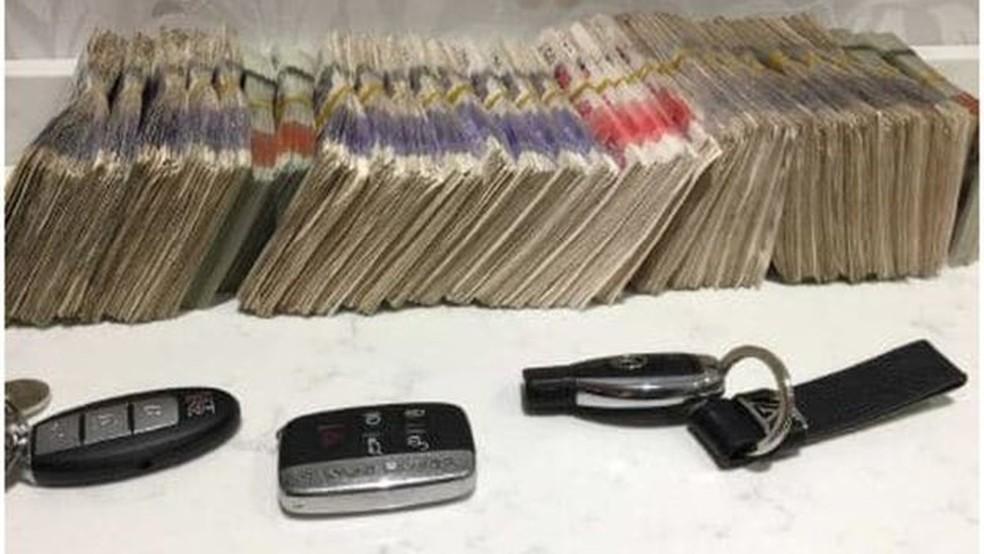 Dinheiro em espécie e chaves de carros de luxo foram apreendidas nas casas dos brasileiros pela polícia de Londres — Foto: London Metropolitan Police/BBC