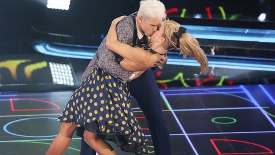 Rainer Cadete comenta beijão em Ju Valcézia no rock do 'Dança': 'Tá todo mundo enlouquecido'
