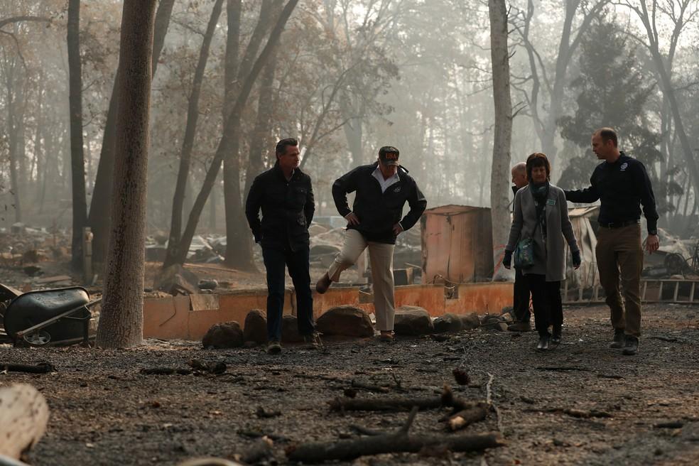 O presidente dos EUA, Donald Trump, visita os destroços deixados por incêndio na Califórnia com o governador eleito, Gavin Newsom (à esquerda), Brock Long (à direita), o prefeito de Paradise, Jody Jones (2º à direita) e o governador, Jerry Brown   — Foto: Leah Millis/Reuters