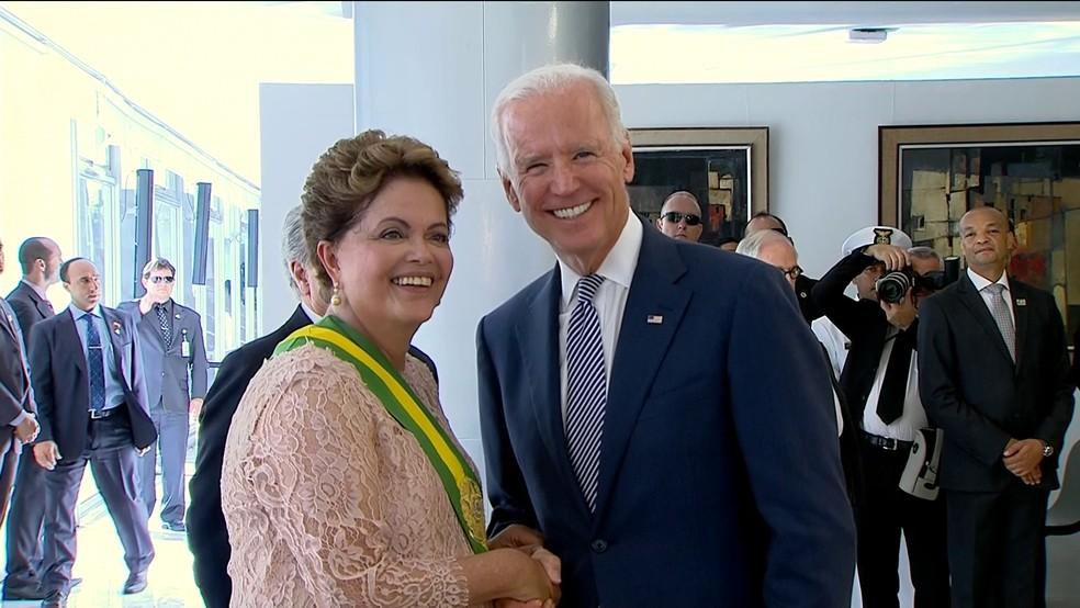 Joe Biden cumprimenta Dilma Rousseff em foto de 2015 — Foto: GloboNews
