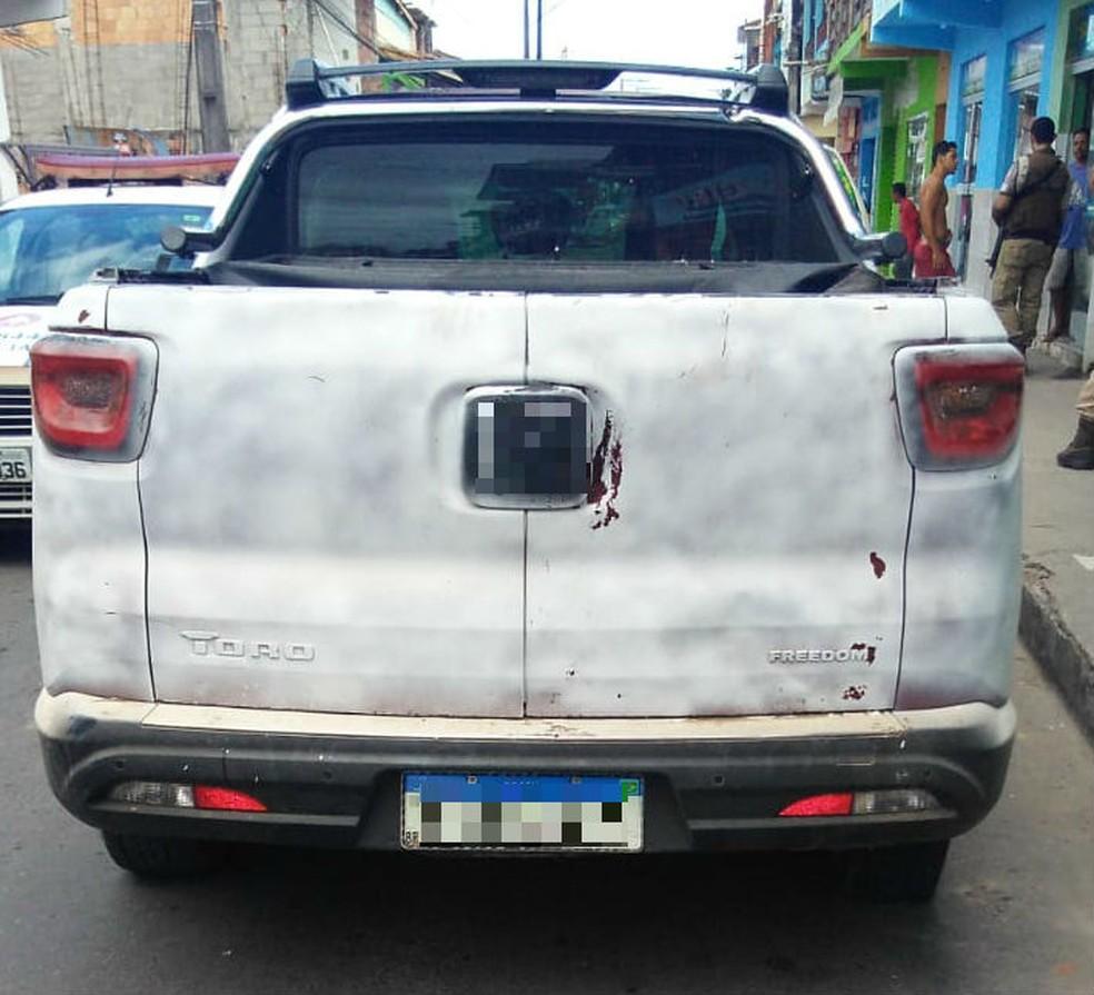 Na fuga, criminosos deixaram o veículo no local.  — Foto: Polícia Militar