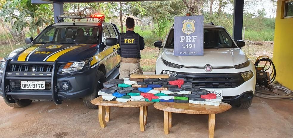 Carga de cocaína estava escondida dentro de caminhonete transportada em cegonha em Jaru — Foto: PRF/Divulgação