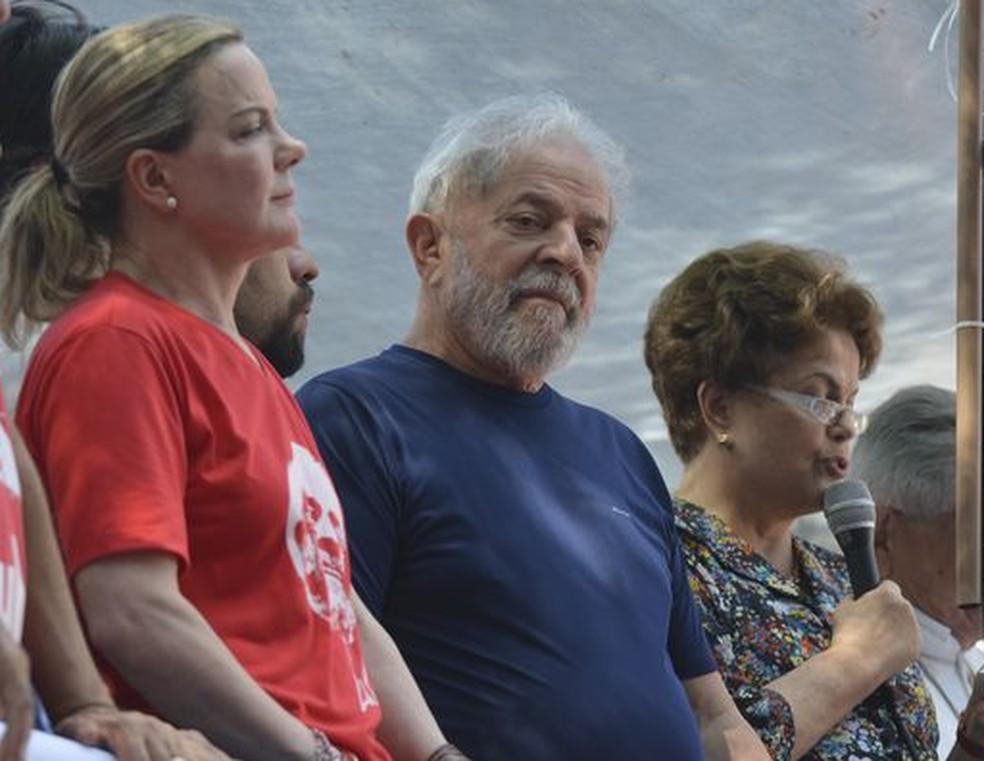 O ex-presidente Luiz Inácio Lula da Silva, ao lado da presidente do PT, senadora Gleisi Hoffmann (esq.), e da ex-presidente Dilma Rousseff, durante ato em São Bernardo no último dia 7 de abril (Foto: Rovena Rosa / Agência Brasil)