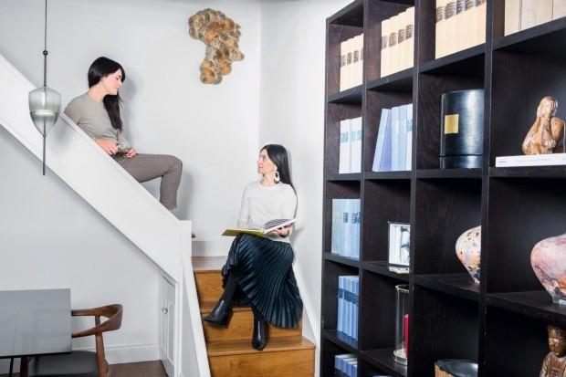 As irmãs Elena e Cecilia na escada da Maresca Interiors, em Londres (Foto: Eduardo Zappia / Editora Globo)