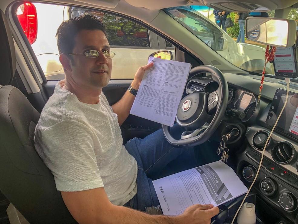 Médico cubano Yurian Pérez com as provas que usa para estudar — Foto: Michele Mendes/TV Globo