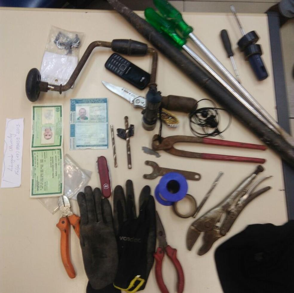 Polícia apreendeu equipamentos que foram utilizados pelos suspeitos na tentativa de arrombamento (Foto: Polícia Militar/Divulgação)