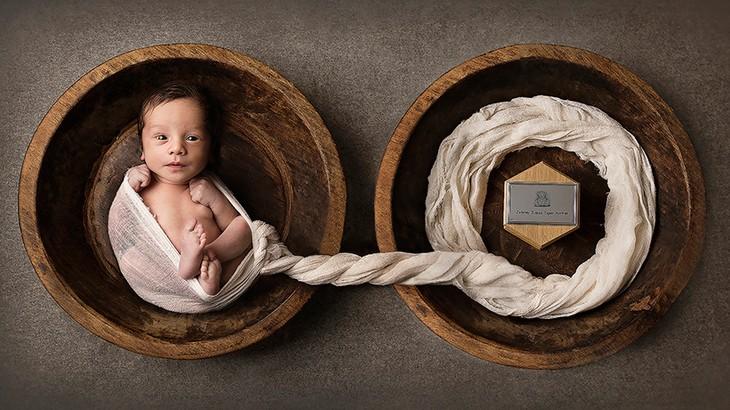 Bebê cinzas do irmão (Foto: Sarah Simmons)