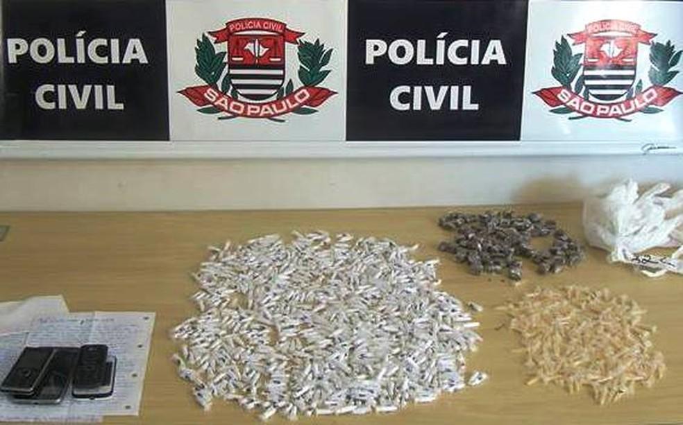 Mulheres foram encontradas com quase mil porções de entorpecentes (Foto: Divulgação/Polícia Civil)