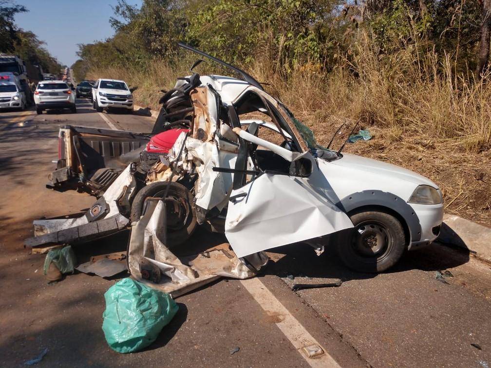 Carro foi partido ao meio em acidente na BR-174 em MT: pais morreram e adolescente ficou ferido — Foto: Polícia Rodoviária Federal de Cáceres/Divulgação
